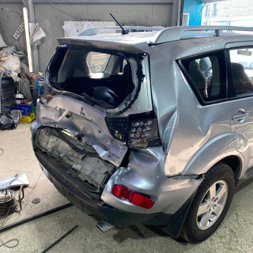 Осмотр поврежденного автомобиля с аварийным вскрытием крышки багажника